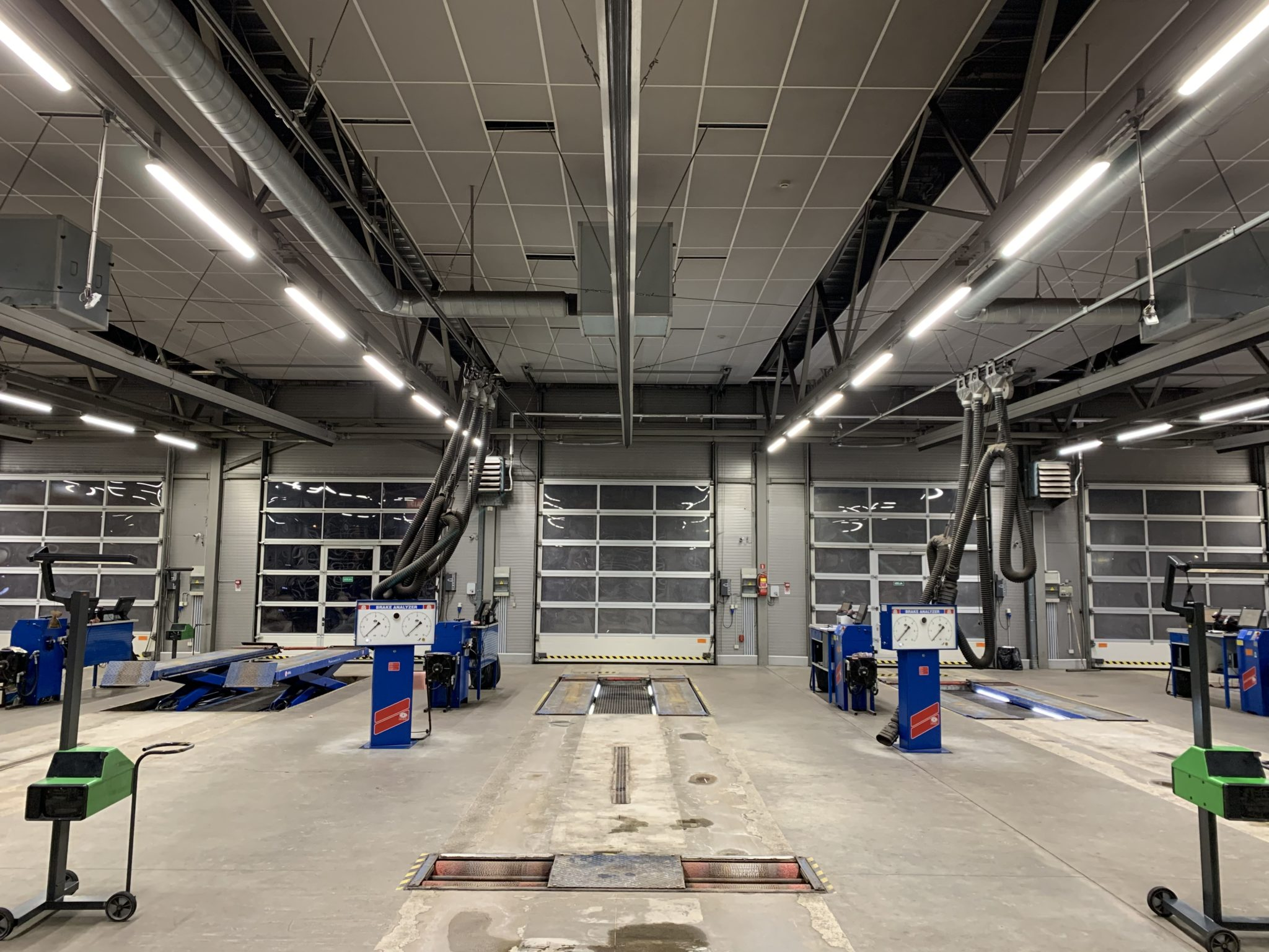 Two lines of Philips Led waterproofs iluminating car technical inspection station